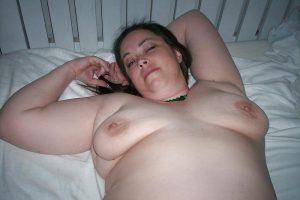 Sexy nue au lit
