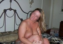Sexy au lit gros seins