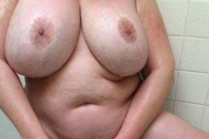Nue sous la douche