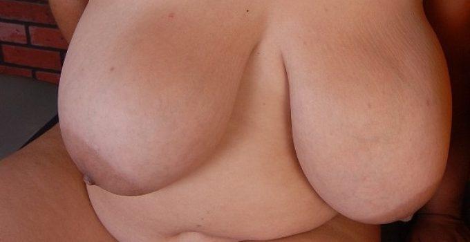 Moi nue très hot et mes gros seins