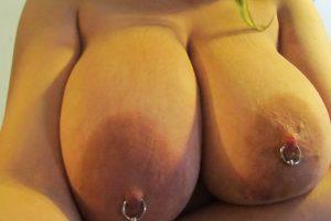 Ma grosse poitrine percée sexy