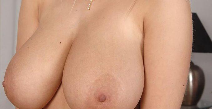 Je suis nue et j'ai des gros seins