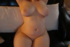 Moi nue sur le canapé